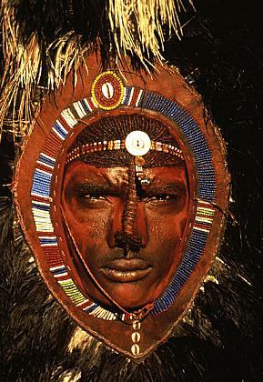 Masaai-Warrior-with-Ostrich-Feather-Headdress-Kenya-1995 Culturas de Carol Beckwith y Angela Fisher