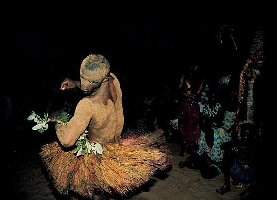 Voodoo-Dancer-at-Kokuzahn-Festiva  Culturas de Carol Beckwith y Angela Fisher